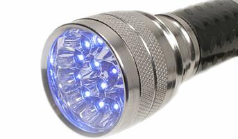 Sjekker renhold med ultrafiolett lys