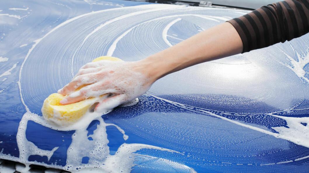Mannen ble domfelt for blant annet å ha forfalsket lønnsslipper og betalt sine renholdere under tariff. (Ill.foto av bilvask: Colourbox)