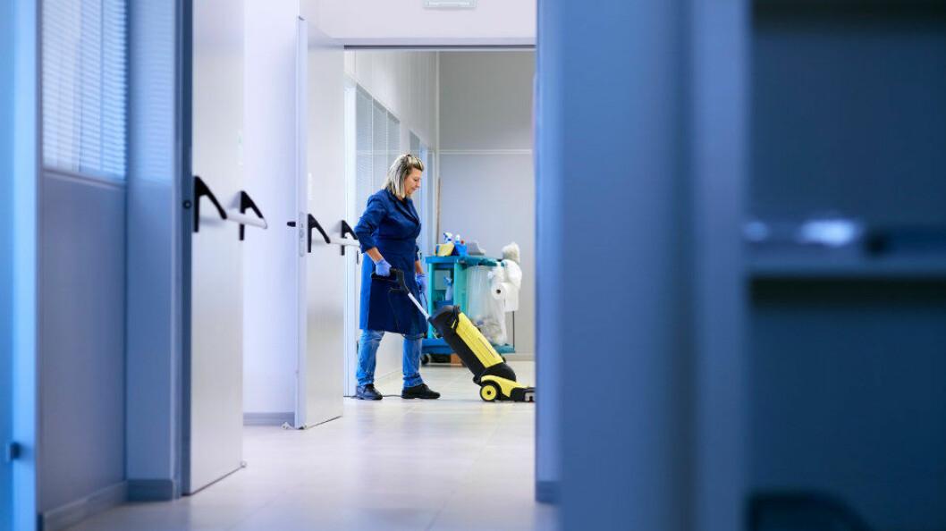 Arbeidsmandsforbundet oppfordrer å gjøre som du har plikt til, nemlig å sjekke om den som rengjør på din arbeidsplass, har skikkelige arbeidsforhold. Ill.foto: Diego Cervo, Colourbox
