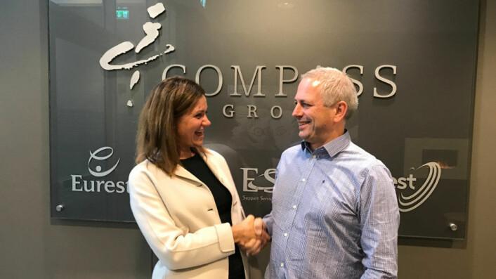 Therese Log Bergjord (leder for Compass Group i Norden) og Jarle Oftedal, (Eiendomsforvalter i 2020park). Foto: Compass Group