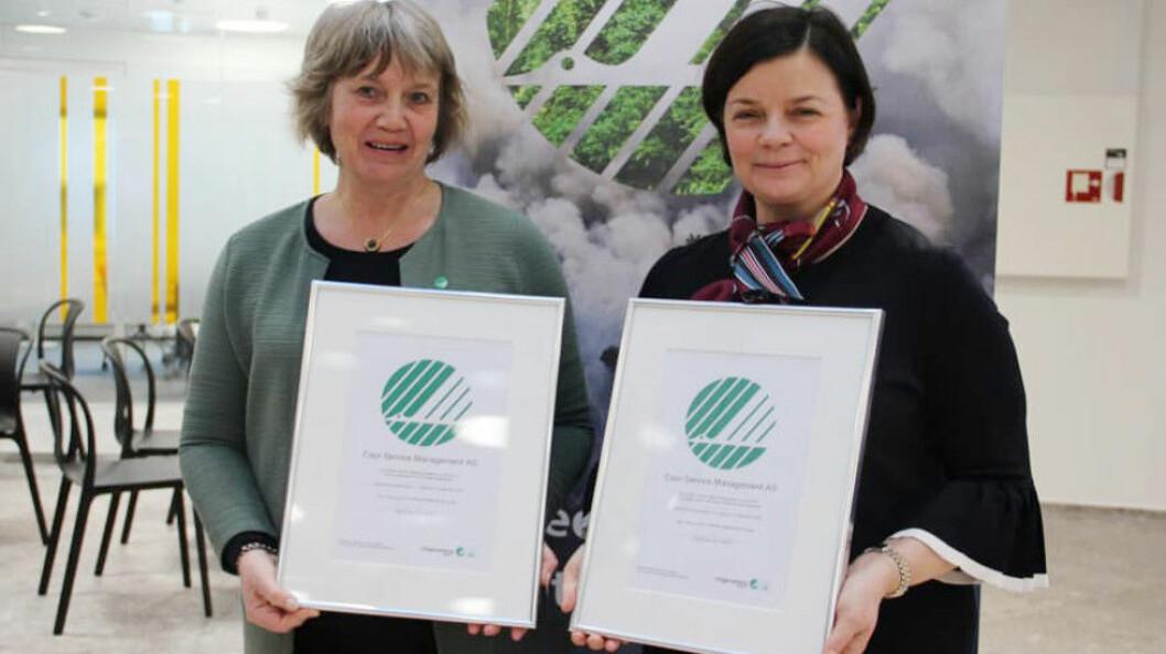 Sertifikatene ble delt ut av daglig leder Anita Winsnes i Stiftelsen Miljømerking, som forvalter Svanemerket, under en seremoni på Coors hovedkontor på Lysaker 9/2-2018. Til høyre Mona Dehli, direktør for Business Unit I, Single Services i Coor Norge.