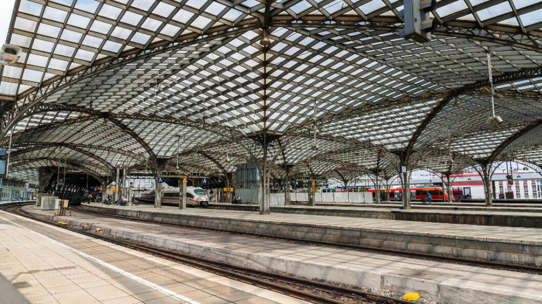 Tysk jernbane setter fire roboter opp mot hverandre i grundig test. Ill.foto viser jernbanestasjonen i Köln (Colourbox).