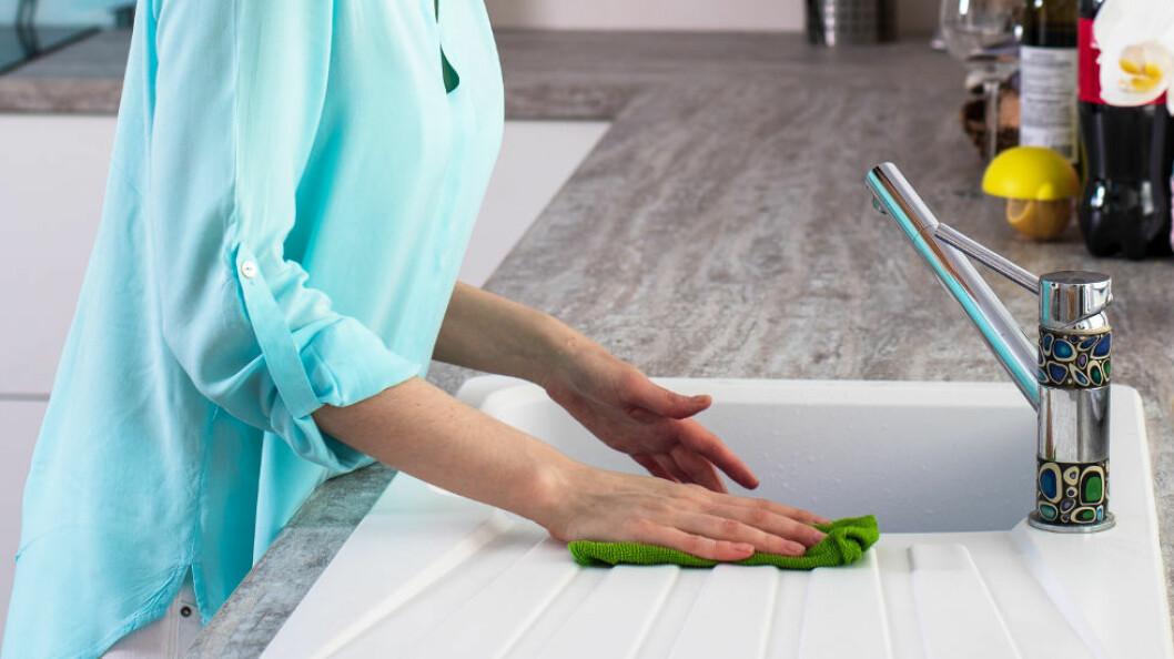 De som jobber i serviceyrker og våte yrker er spesielt utsatt for arbeidsrelaterte hudplager. (Ill.foto: Colourbox)