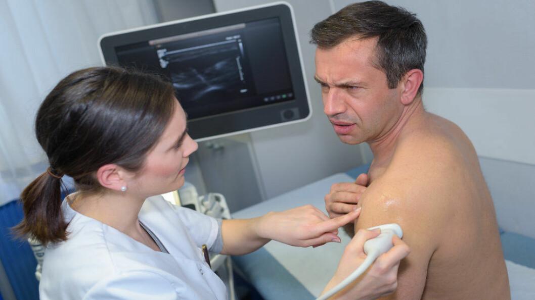Studien fant ingen klar forskjell i resultatet mellom skuldersmerter som behandles kirurgisk eller ved trening med fysioterapeut. (Ill. etter Colourbox)