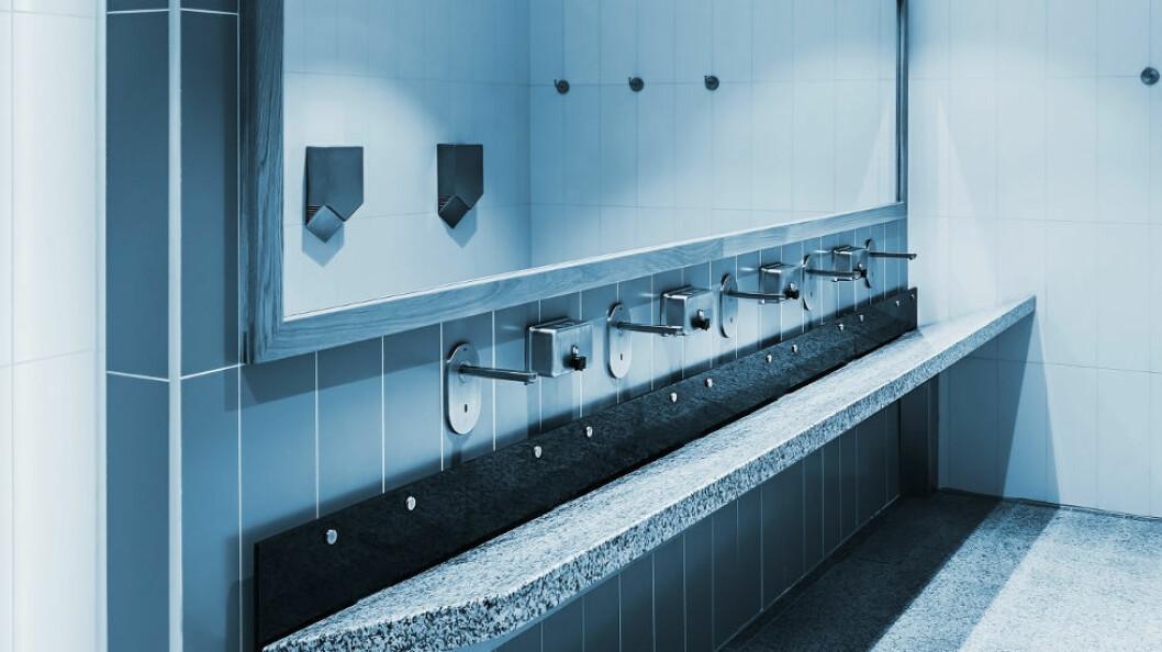 Etterfylling av dispensere kan være en årsak til at det kommer farlige bakterier inn i beholderne. (Ill.foto: Colourbox)