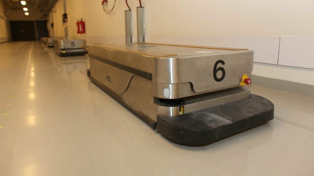 Robotene, kjent som AGV-er (Automated Guided Vehicles), er av tilsvarende type som de på bildet, som er fotografert på Sykehus Østfold Kalnes. (Foto: teh)