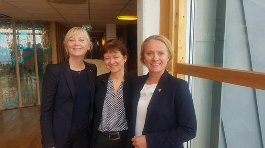 Direktør i Arbeidstilsynet, Trude Vollheim, sysselmann Kjerstin Askholt og arbeids- og sosialminister Anniken Hauglie. Foto: ASD