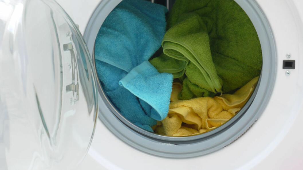 Tekstilene var feilaktig blitt vasket i en vaskemaskin for husholdninger, men heller ikke industrimaskiner holder nødvendigvis den temperaturen som loves. (Ill.foto: Colourbox