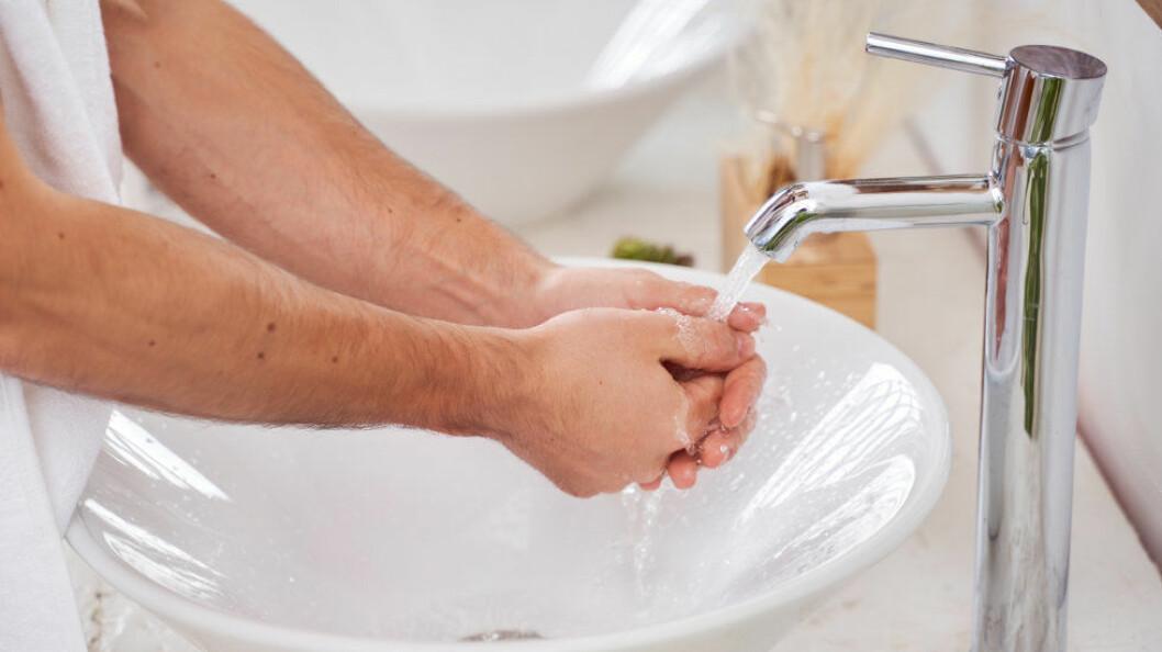 Ifølge Folkehelseinstituttet tar det 40-60 sekunder å gjennomføre en grundig håndvask med såpe og vann. (Ill.foto: Colourbox)