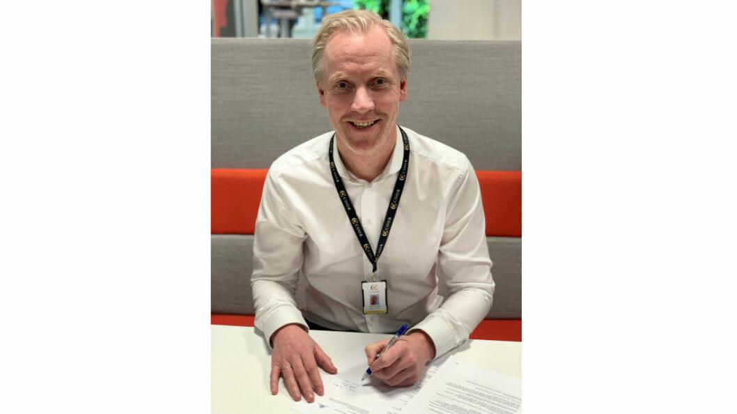 Nikolai Utheim, adm. direktør i Coor i Norge, signerer OTG-kontrakten. (Foto: Coor)