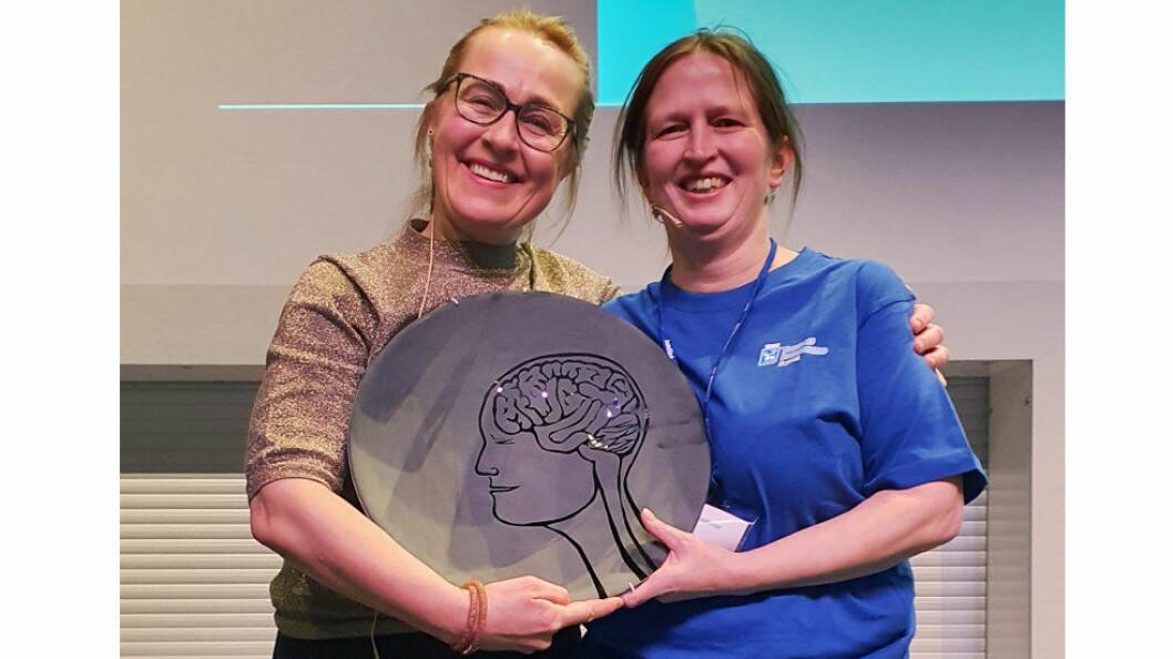 Merethe Forfang, leder i Fagrent, og årets renholder i Fagrent, Anne Pauline Eriksen, mottar prisen Støv på Hjernen. (Foto: Toni Gjessing, FDVakademiet)