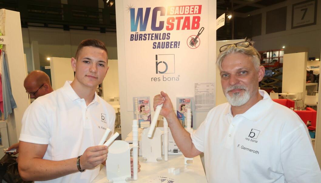 Nico Falkowski og Frank Germeroth fra Res-Bona, her med staven som skal gi hygienisk vask av doskåla.