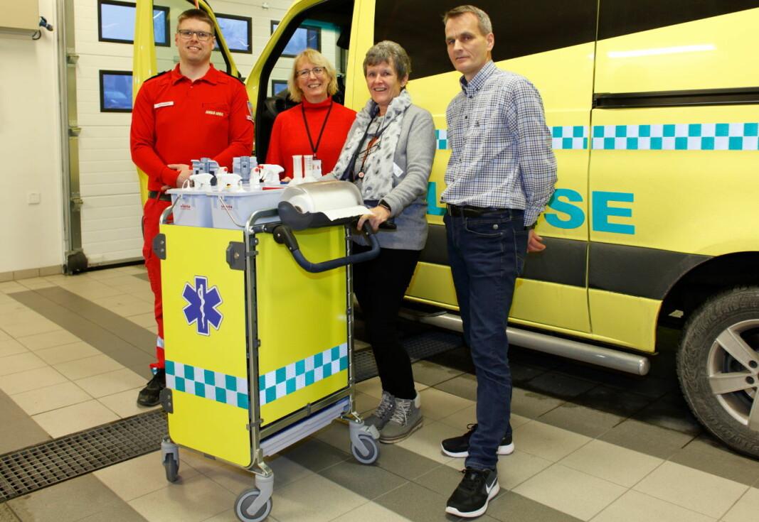 Illustrasjonen er hentet fra et norsk prosjekt rundt renholdskvalitet i ambulanser. Fra venstre ambulansesjåfør Johannes Bjørknes, hygienesykepleier Gro Bøhler og renholdsleder Åse Ranheim fra Sykehuset Østfold, og kursholder / rådgiver Richard Skydsrud fra Vileda Professional.