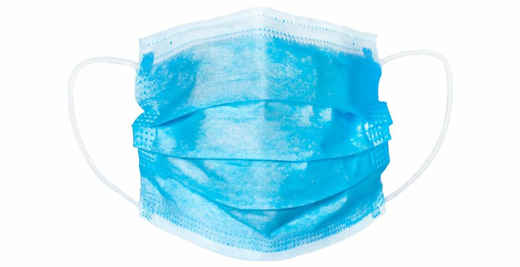 Studien tyder på at kirurgiske munnbind er like lite effektive som bomullsmunnbind når det gjelder å stoppe dråper med viruset SARS-CoV-2 som hostes ut av smittede personer.
