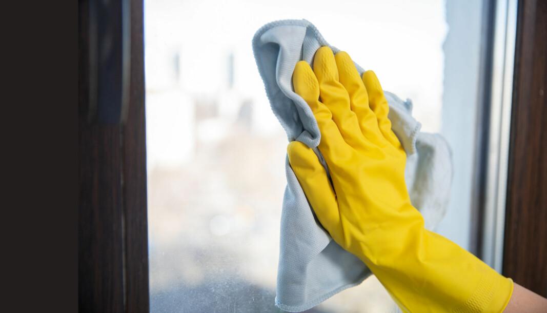 Det er trygt med vann og mikrofiber til de fleste typer forebyggende renhold. Vurdér mer verneutstyr om det er mye organisk søl.