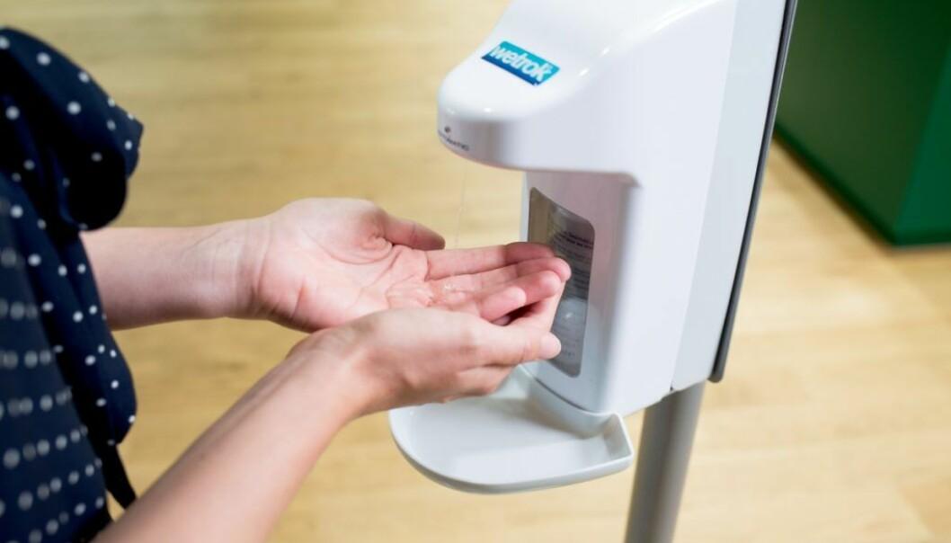 Det beste du kan gjøre for å hindre flekker på gulvet, er å plassere en oppfanger på dispenseren eller en beskyttelsesmatte på gulvet.