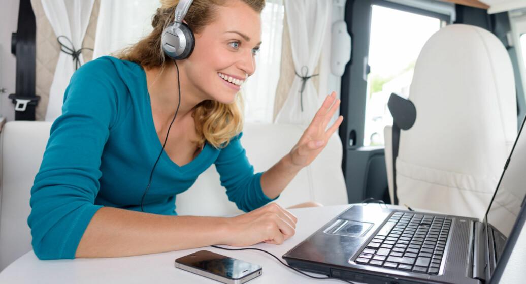Vær jevnlig i dialog med dine medarbeidere via telefon, chat eller videomøte.