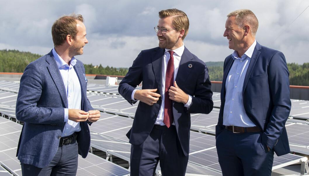 Klima- og energiminister Sveinung Rotevatn åpnet tirsdag solcellepanelet som Møller Eiendom har installert på taket til MaskeGruppen. Her med Andreas Jul Røsjø, leder Møller Eiendom (t.v.) og Per Gundersen, leder MaskeGruppen (t.h.).