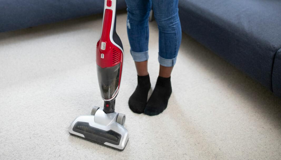 En stående støvsuger med vekten over munnstykket vil kunne trenge dypere ned i teppet.