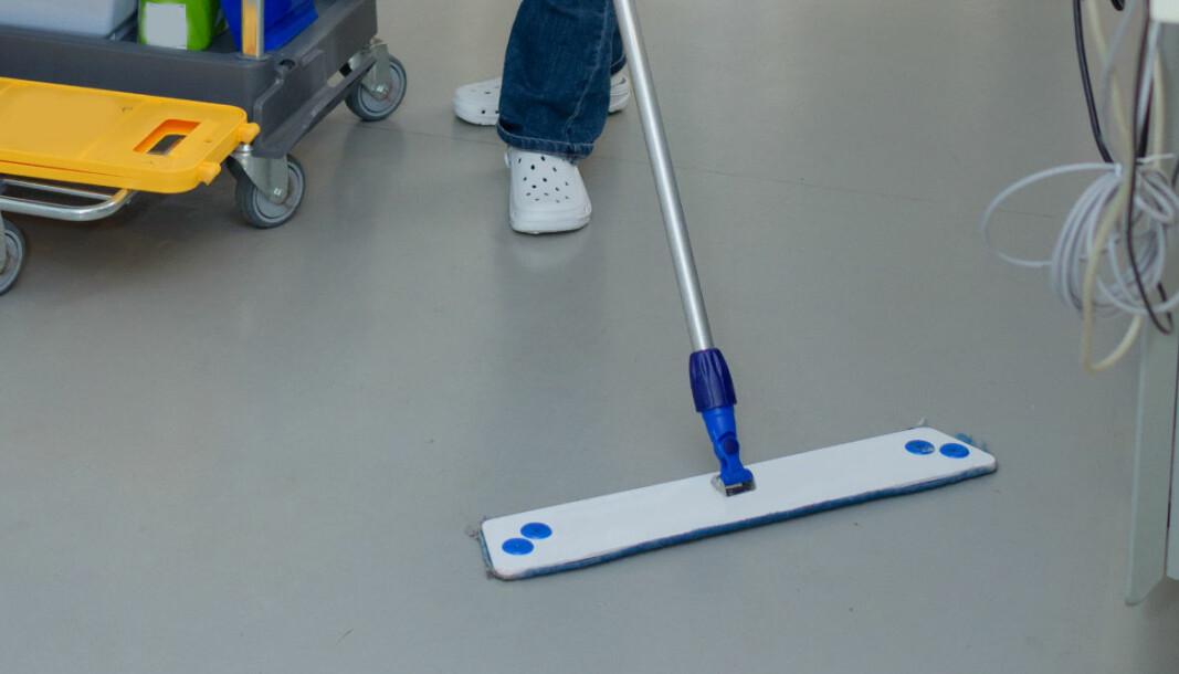 Det anbefales å bytte mopp ofte, ha flere moppehoder tilgjengelige enn vanlig, og rengjøre både dem og skaftet.