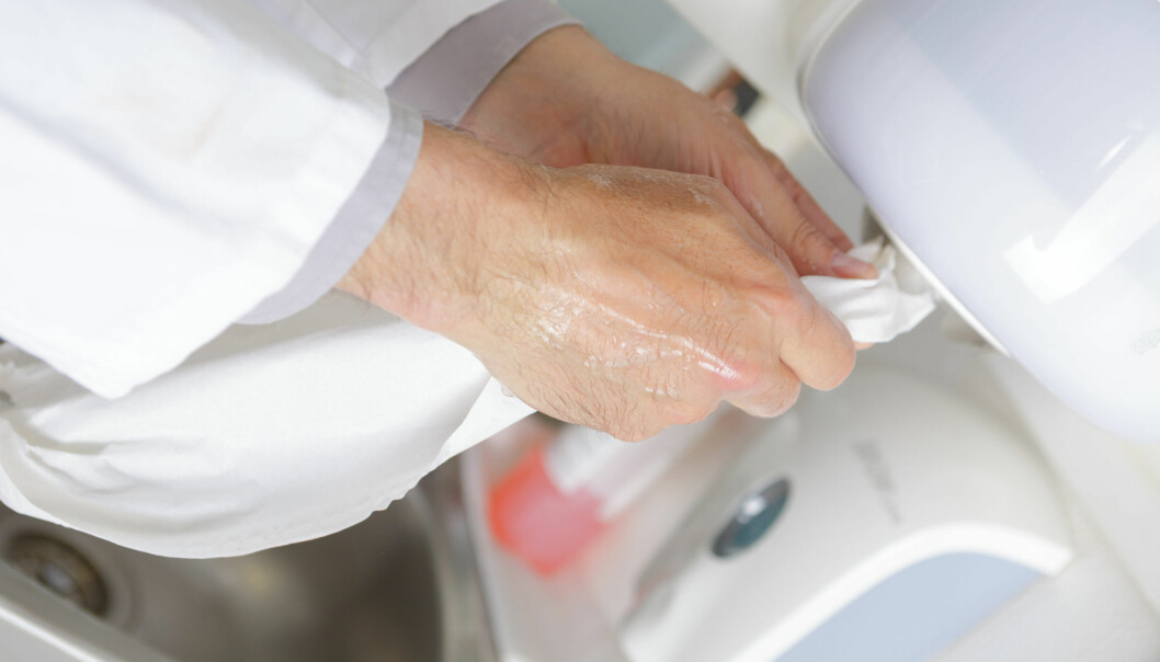 Fuktige hender kan overføre opptil 1000 ganger flere bakterier enn tørre hender.