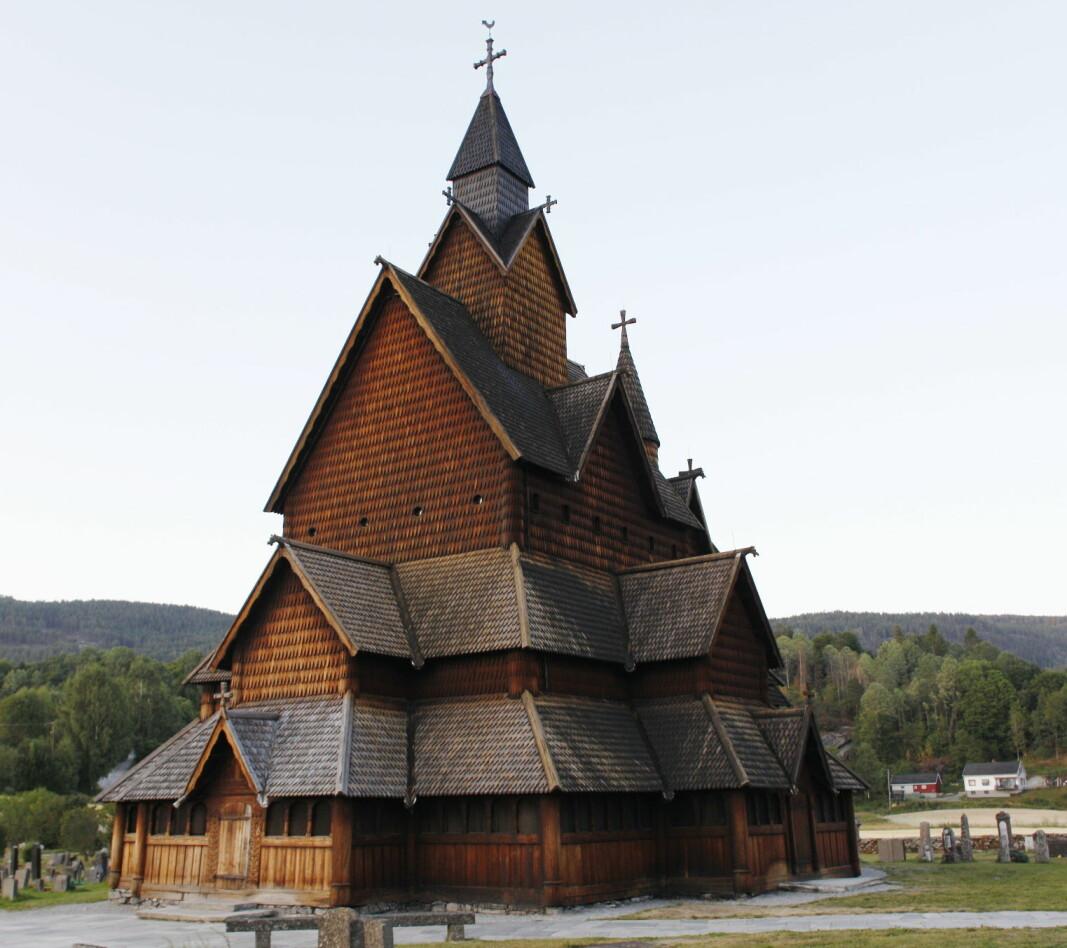«De bønder som sogner til kirken, plikter å tjærebre kirken hvert tredje år om vinteren», skrev kong Magnus Lagabøte i Landsloven fra 1274-76. (Ill.foto fra Heddal stavkirke, antatt bygget på første halvdel av 1200-tallet).