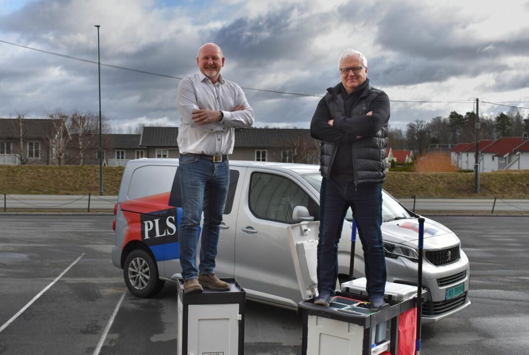 Solide saker: John-Willy Yrvum og Stein Erik Rønneberg hos PLS Norge viser spøkefullt at vognene er dobbelt bærekraftige.