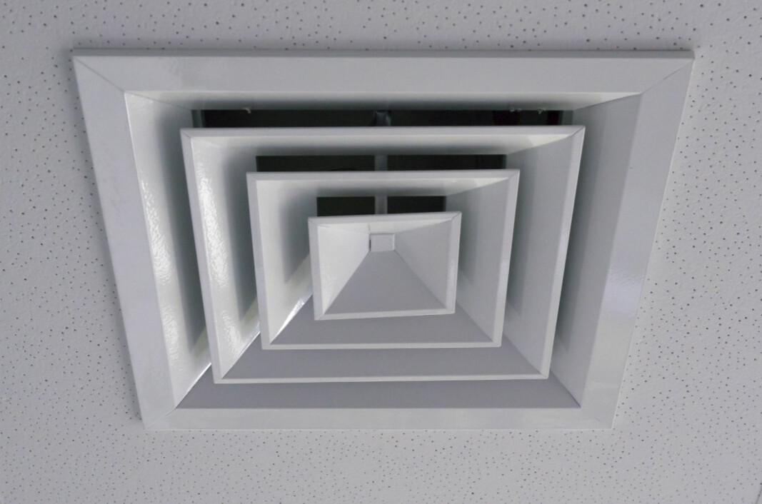 Utenfor nærsonen til en annen person er ventilasjon det viktigste tiltaket for å hindre at vi puste inn smittestoffer innendørs. Derfor vil man neppe være særlig tryggere med fire meter avstand til smittekilden enn to. Her et utsug for inneluft