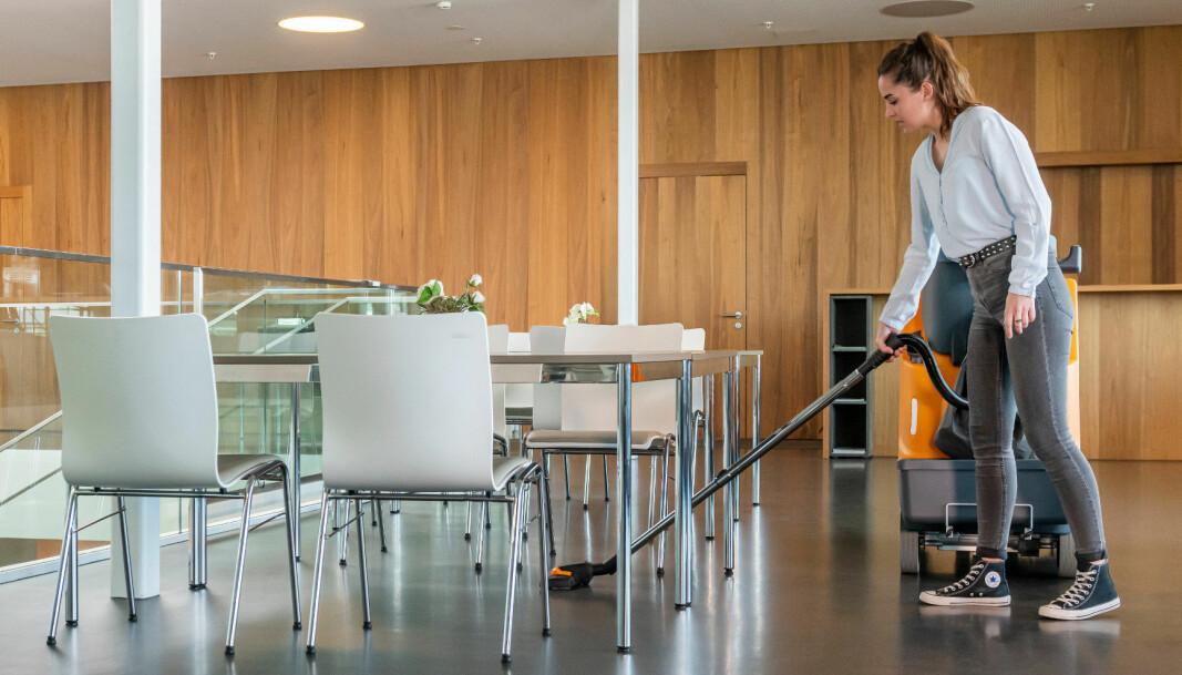 Det er mulig å koble til en støvsugerslange for manuelt å rengjøre der maskinen ikke kommer til.