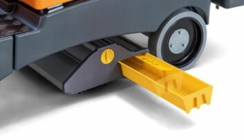 Større smuss havner i den gule beholderen på undersiden av maskinen.