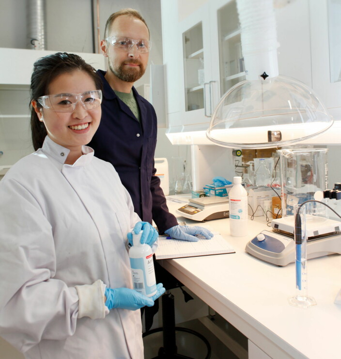 Doktorgradsstudent Aina Kristin Pham og direktør CMC (Chemistry, Manufactoring & Control) Geir Utigard i laboratoriet til SoftOx i Oslo.