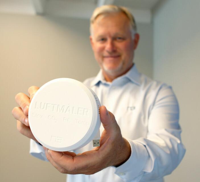 Dag Hognerud, adm.dir. i N3, med sensoren som måler både støv, CO2, relativ luftfuktighet og temperatur.
