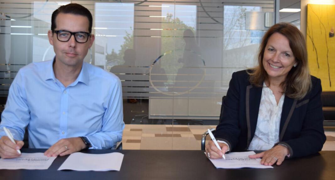 Jacob Aarup-Andersen, adm.dir. i ISS World Services A/S, og Liz Benison, medlem av konsernledelsen og nasjonal leder for ISS UK and Ireland, signerer uttalelsen for Women's Empowerment Principles.