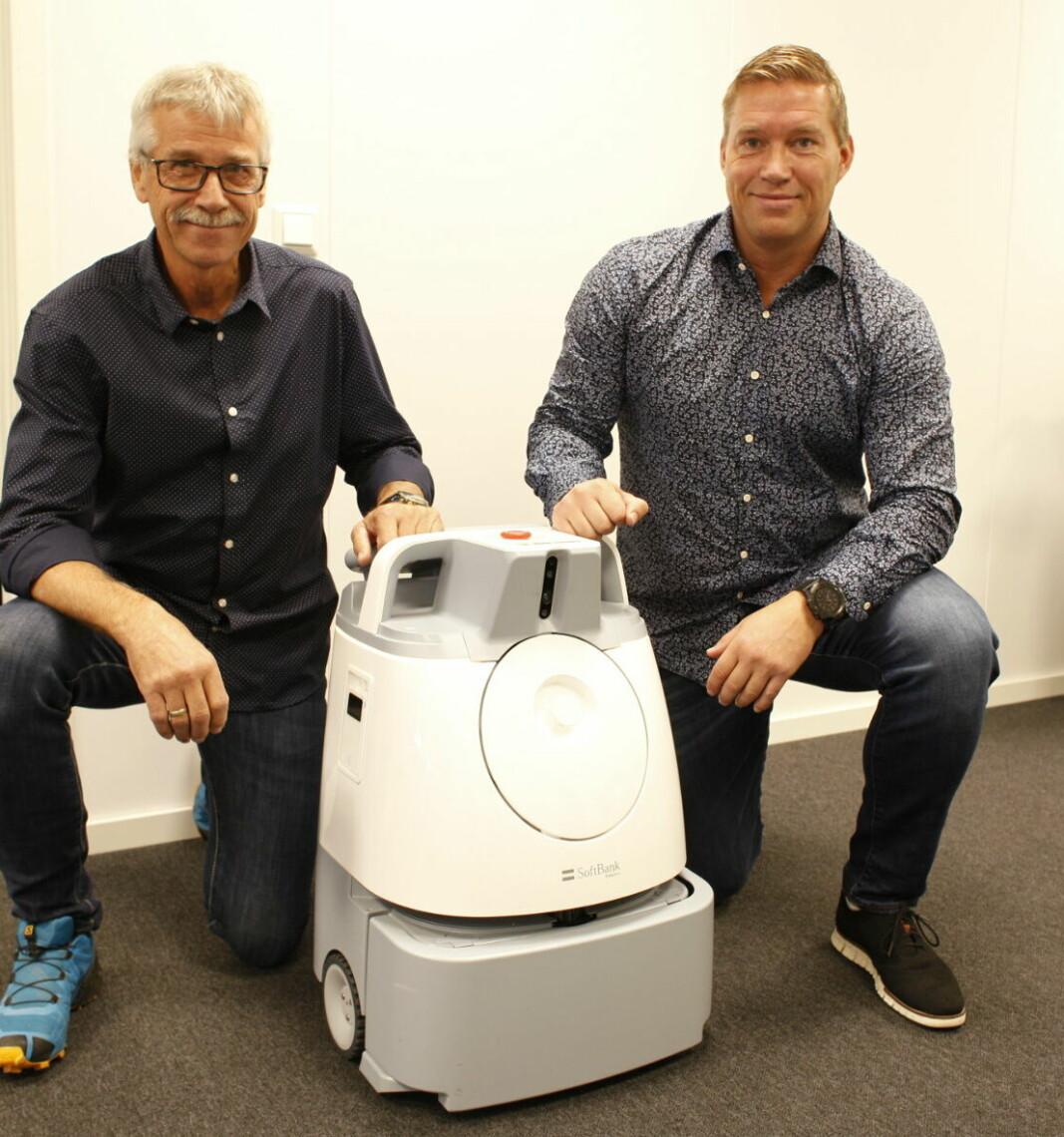 BOSS Europe vil stille med både små og store roboter under BRV-messen. Her er Kent Sogn (som begynner formelt hos BOSS Europe 1/1-22) og Kenneth Arntzen med Whiz støvsugerrobot fra SoftBank Robotics. Whiz kommer i tillegg med en liten nyhet.