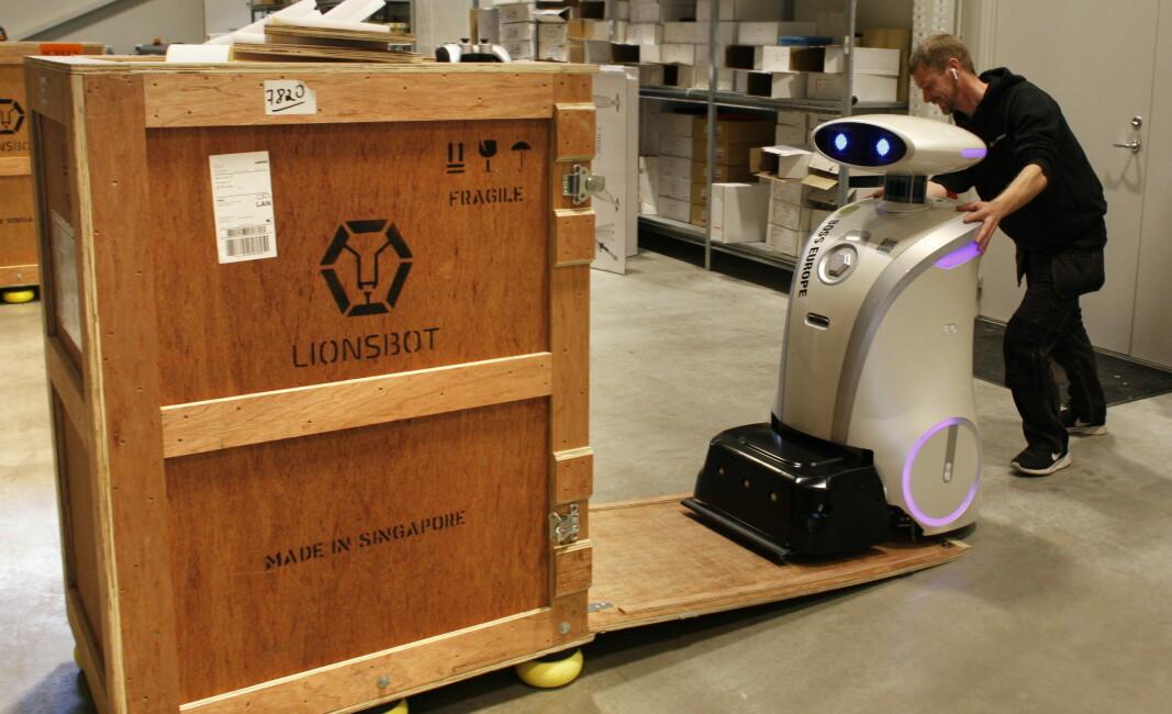 Tor Hovland fra BOSS Europe i ferd med å skipe ut en LeoScrub robot, tilsvarende den som vil bli å se under Bygg Ren Verdi.